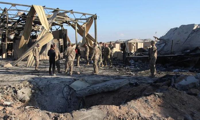 Lính Mỹ cạnh hố do tên lửa Iran tạo ra rạng sáng 8/1. Ảnh: AP.