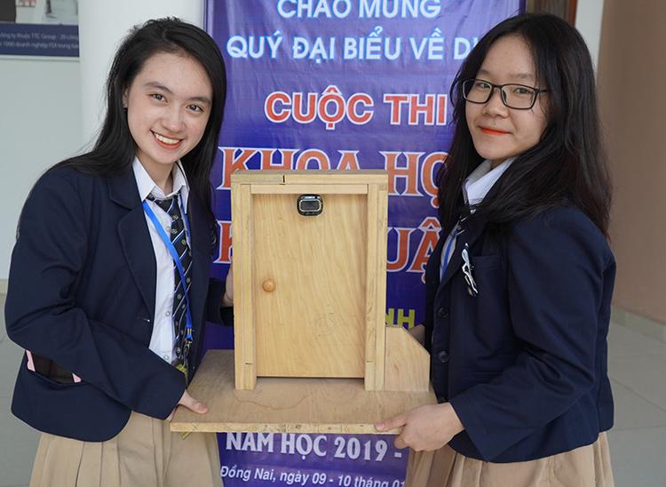 Hai nữ sinh nghiên cứu cửa chống trộm - ảnh 1