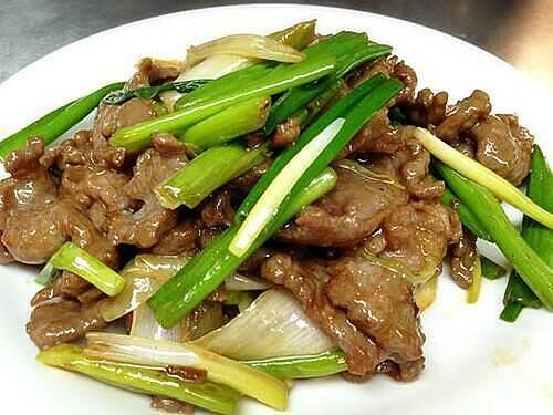 Hành tây, cần tây và tỏi tây là bộ ba rau thơm đi kèm với thịt bò.