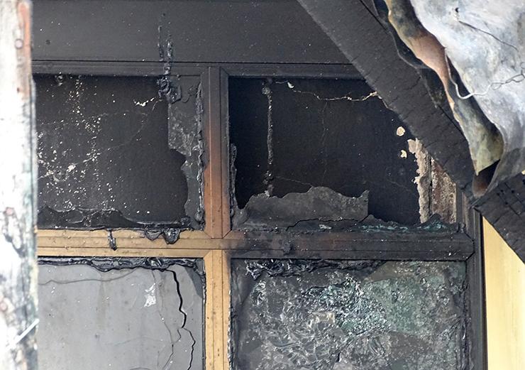 Cảnh sát cho rằng, lửa cháy từ ngoài vào trong, chặn đường thoát thân của các nạn nhân. Ảnh: Hà An.