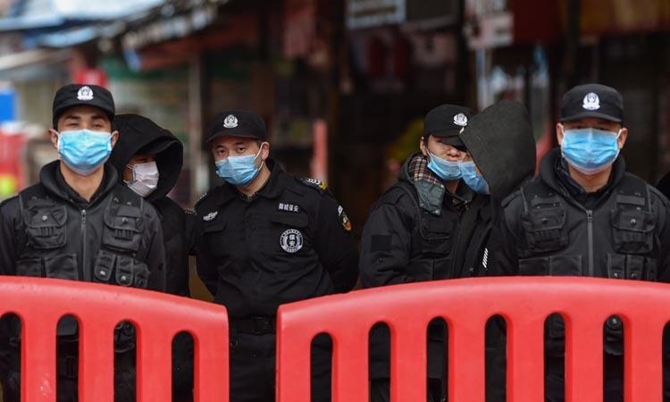 Cảnh sát đứng gác bên ngoài chợ hải sản Huanan, nơi phát hiện virus nCoV tại Vũ Hán, Trung Quốc hôm nay. Ảnh: AFP.