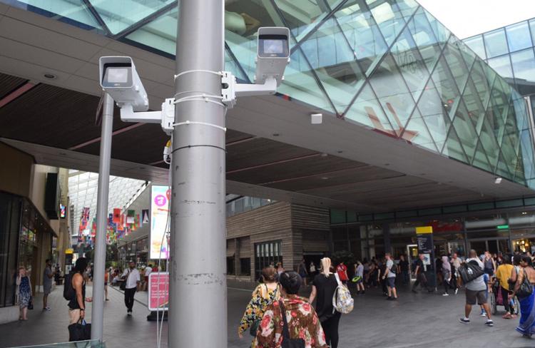Camera với công nghệ nhận dạng khuôn mặt thời gian thực được lắp đặt tại nơi đông người. Ảnh: Sianberry.