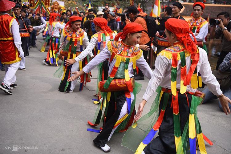 Điệu múa Con đĩ đánh bồng ở hội làng Triều Khúc (Thanh Trì, Hà Nội) được duy trì hàng trăm năm nay. Ảnh: Giang Huy