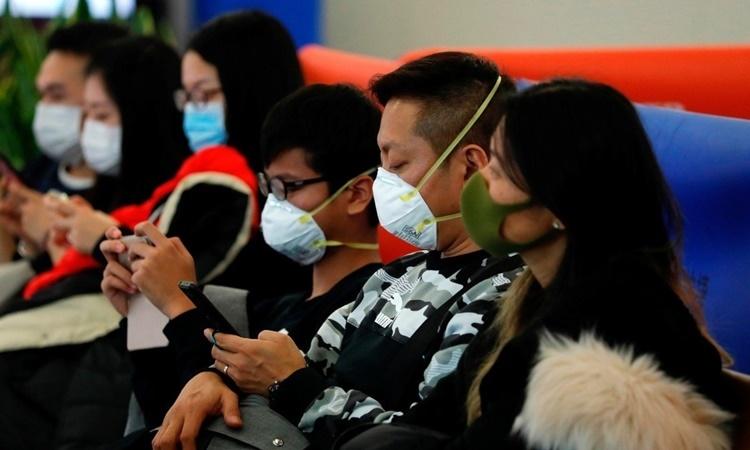 Hành khách đeo khẩu trang tại bến tàu cao tốc Tây Kowloon, Hong Kong, nhằm đề phòng dịch viêm phổi cấp. Ảnh: Reuters.