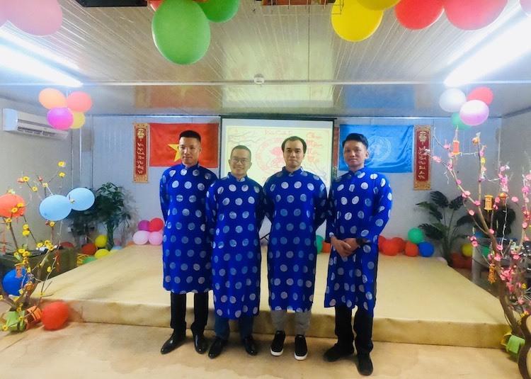 Các bác sĩ bệnh viện dã chiến cấp 2 số 2 trong trang phục áo dài truyền thống đêm giao thừa. Ảnh:Cục Gìn giữ hoà bình Việt Nam