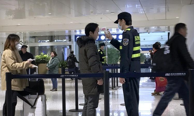 Kiểm tra thân nhiệt tại sân bay quốc tế Vũ Hán Vũ Hà. Ảnh: AP.