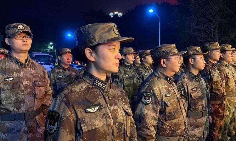 Lực lượng quân y được huy động đến Vũ Hán tối 24/1. Ảnh: Chinadaily.