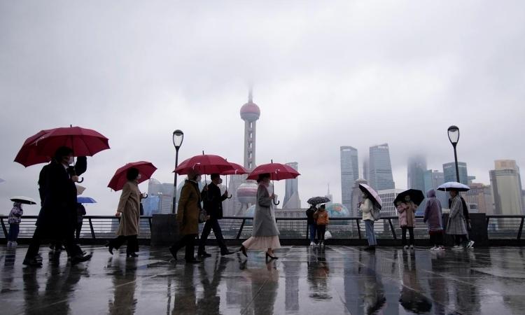 Người dân đeo khẩu trang tại Bến Thượng Hải, Trung Quốc, hôm nay. Ảnh: Reuters.