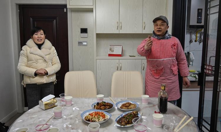 Vợ chồng Wang bên mâm cơm tất niên đêm 24/1. Ảnh: AFP.