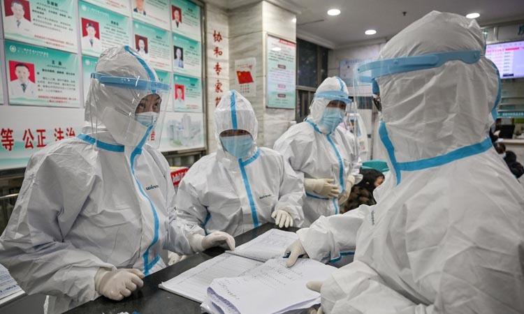 Các nhân viên y tế làm việc tại một bệnh viện ở thành phố Vũ Hán, tỉnh Hồ Bắc, Trung Quốc hôm 25/1. Ảnh: AFP.