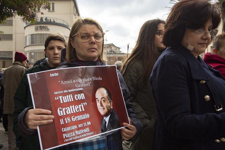 Một người cầm biểu ngữ với nội dung Tất cả ủng hộ Gratteri trong buổi mít tinh ủng hộ Nicola ngày 18/1. Ảnh: The Wall Street Journal.