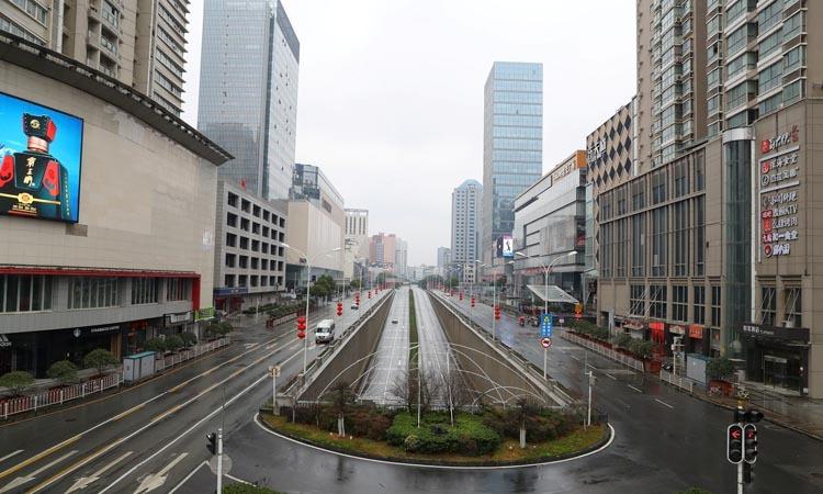 Đường phố Vũ Hán, tỉnh Hồ Bắc, Trung Quốc vắng vẻ sau lệnh cấm phương tiện không thiết yếu lưu thông. Ảnh: Reuters.