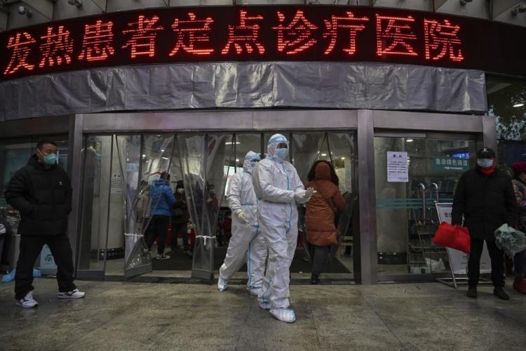Các nhân viên y tế tại Bệnh viện Chữ thập đỏ Vũ Hán ngày 25/1. Ảnh: AFP.