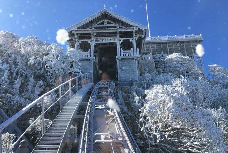 Nhà ga cáp treo trên đỉnh Fansipan phủ trắng băng. Ảnh: CTV