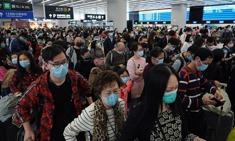 Hành khách đeo khẩu trang tại một ga tàu điện cao tốc của Hong Kong ngày 23/1. Ảnh: AP.