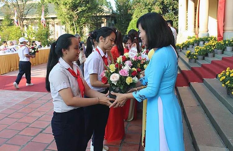 Học sinh dâng hoa kính tặng các thầy cô giáo. Ảnh: Trung Tuyến
