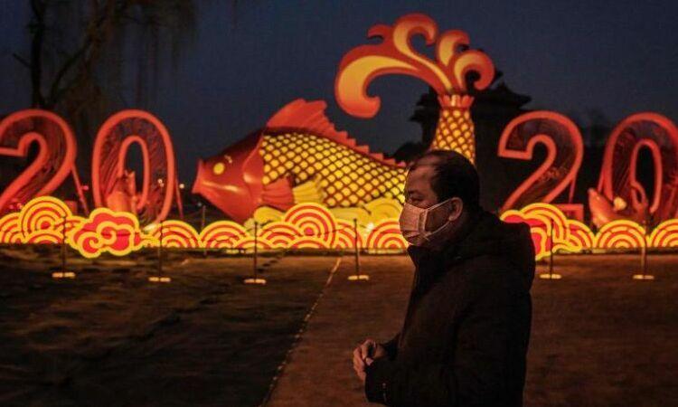 Người đàn ông Trung Quốc đeo khẩu trang đi bộ bên ngoài Tử Cấm Thành, Bắc Kinh, hôm 25/1. Ảnh: AFP.