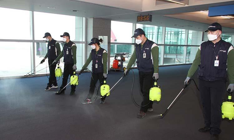 Nhân viên tiến hành khử trùng sàn sân bay quốc tế Incheon, Hàn Quốc ngày 24/1. Ảnh: Reuters.
