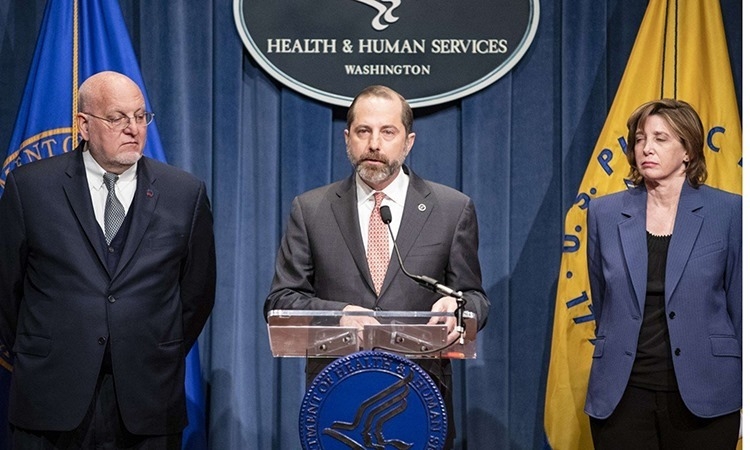 Alex Azar (giữa), Bộ trưởng Bộ Y tế và Dịch vụ Nhân sinh Mỹ, phát biểu trong cuộc họp báo tại Washington hôm 28/1. Ảnh: AFP.