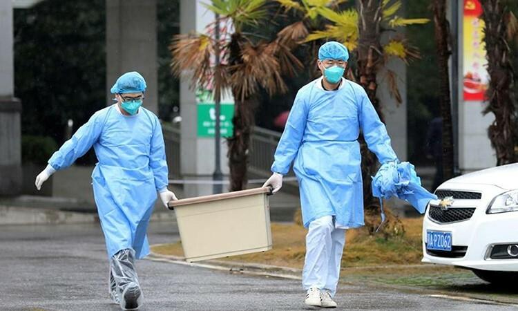 Hai nhân viên y tế tại bệnh viện Jinyintan ở Vũ Hán. Ảnh: Reuters.