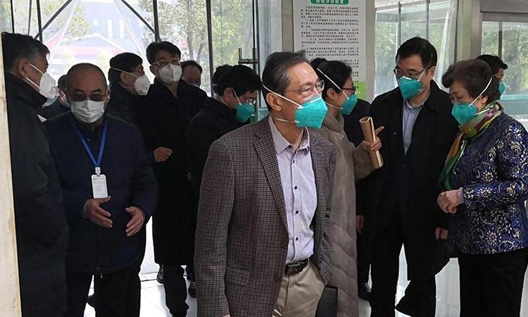 Zhong Nanshan (áo vest kẻ) tới thăm bệnh viện Jinyintan ở Vũ Hán hôm 19/1. Ảnh: Reuters.