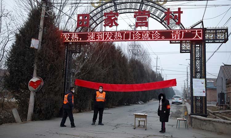 Các chức sắc làng Tianjiaying ở ngoại ô Bắc Kinh tự phong tỏa lối vào làng mình ngày 28/1. Ảnh: Reuters.
