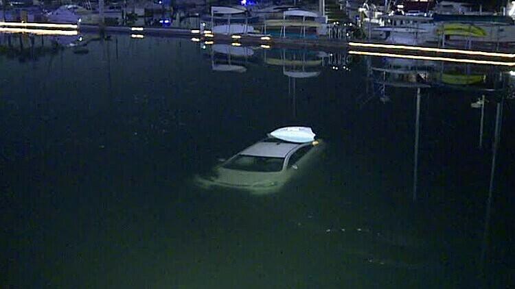 Chiếc ôtô lao xuống hồ nước ở Mỹ. Ảnh:10News