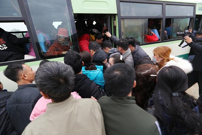 Hàng chục nghìn người tham quan chùa Tam Chúc