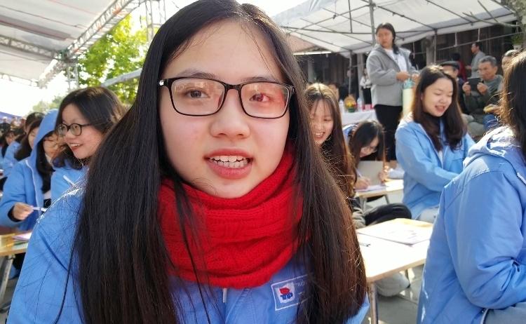 Em Triệu Khánh Linh, học sinh lớp 12 Văn, trường THPT chuyên Trần Phú, Hải Phòng. Ảnh: Giang Chinh