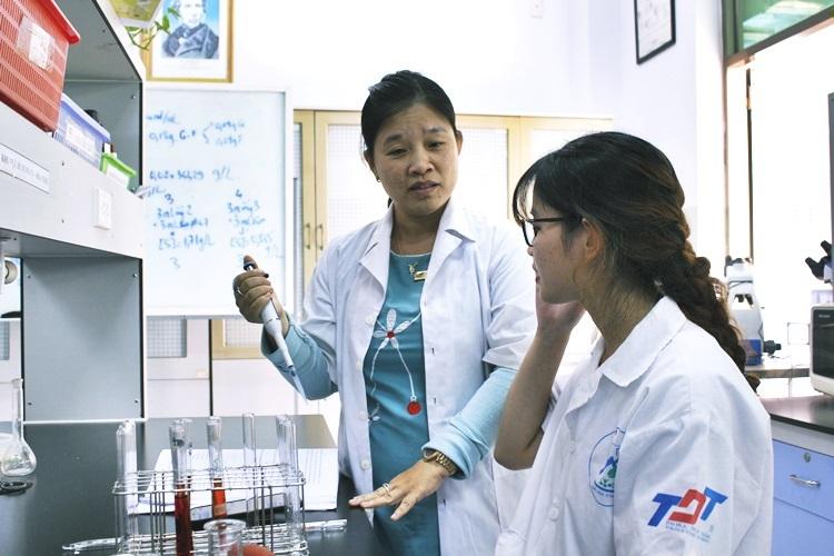 Tiến sĩ Hà đang hướng dẫn sinh viên trong phòng thí nghiệm trường Đại học Tôn Đức Thắng. Ảnh: An Phạm