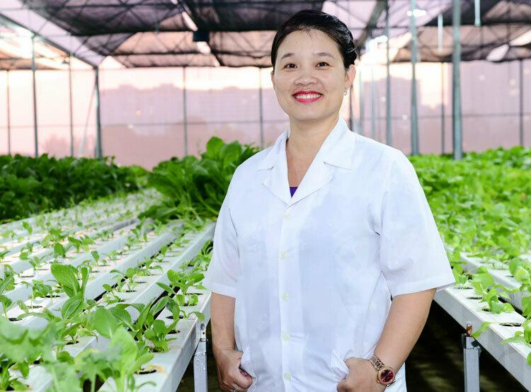 Tiến sĩ Phạm Thị Thu Hà nhận giải thưởng L'Oreal - UNESCO với công trình nghiên cứu và phát triển giống lúa chống chịu mặn thông qua chọn lọc bằng dấu chuẩn phân tử. Ảnh: NVCC