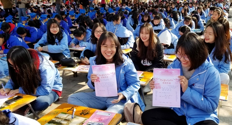 600 học sinh giỏi đại diện cho học giỏicác cấp: THPT, THCS và Tiểu học trên địa bàn thành phố tham dự lễ hội khai bút đầu xuân tại Khu tưởng niệm Vương triều Mạc tại xã Ngũ Đoan, huyện Kiến Thụy, Hải Phòng. Ảnh: Giang Chinh