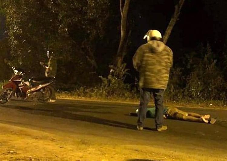 Nạn nhân chết trên đường. Ảnh: Người dân cung cấp.