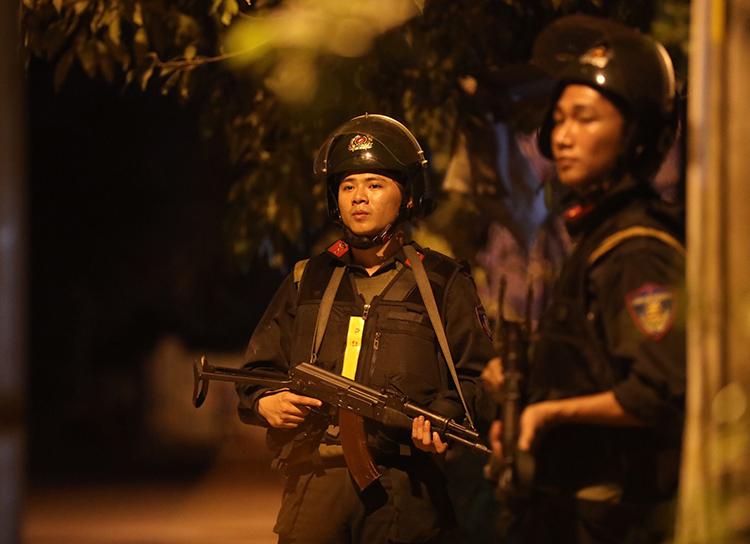 Cảnh sát bám trụ khu vực nghi Tuấn còn lẩn trốn. Ảnh: Hữu Khoa.