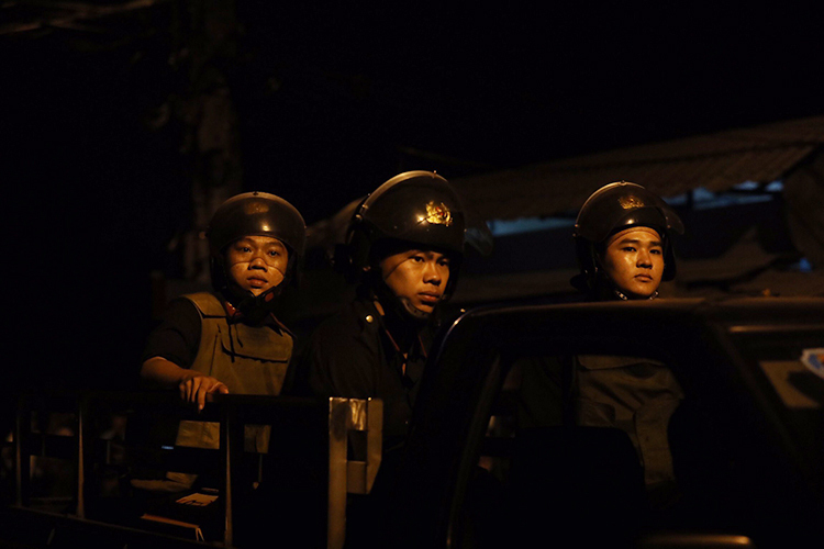 Cảnh sát vẫn liên tục ra vào khu vực nghi Tuấn ẩn nấp. Ảnh: Hữu Khoa.