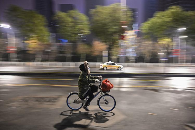 Đường phố lác đác xe cộ ở Vũ Hán hôm 26/1. Ảnh: AFP