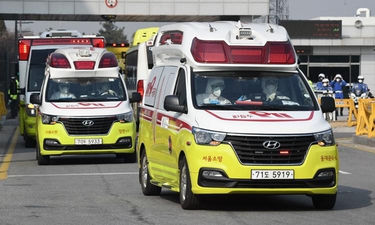 Xe cứu thương chở công dân Hàn Quốc hồi hương từ Vũ Hán rời sân bay Gimpo ở Seoul ngày 31/1. Ảnh: AFP.