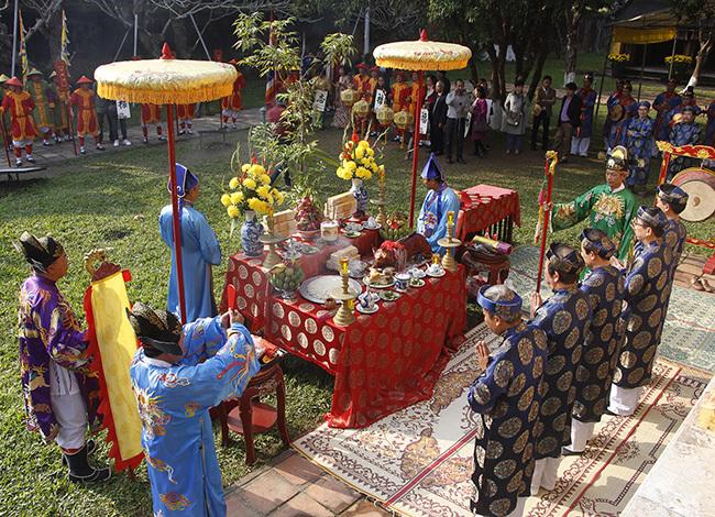 Nghi lễ hạ nêu tiến hành theo nghi thức của triều Nguyễn. Ảnh: Võ Thạnh