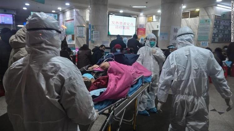 Các nhân viên y tế di chuyển một bệnh nhân tại Bệnh viện Chữ thập Đỏ Vũ Hán. Ảnh: AFP.