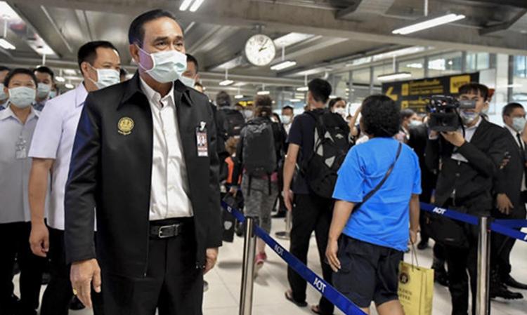 Thủ tướng Thái Lan thị sát hoạt động sàng lọc bệnh viêm phổi Vũ Hán ở sân bay quốc tế Suvarnabhumi, Bangkok hôm 29/1. Ảnh: Bangkok Post.
