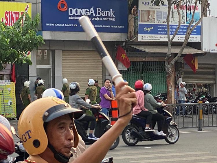 Chinh cố thủ trong con hẻm cạnh ngân hàng. Ảnh: Phong Vinh.
