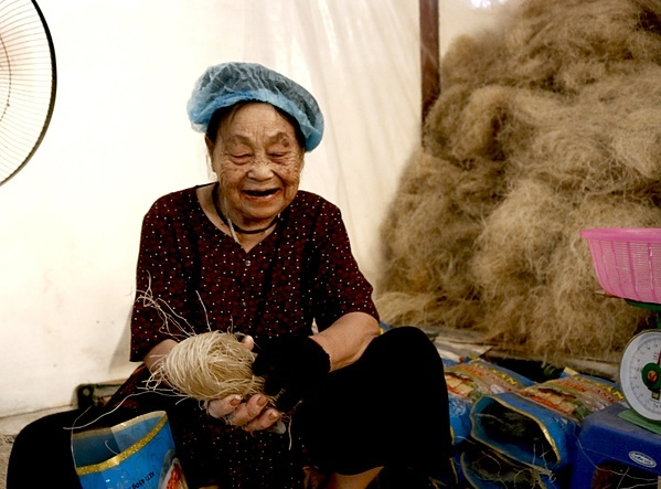 Bà Dương Thị Mỹ chia sẻ, ngày xưa làm miến thủ công, người dân dậy từ tờ mờ sáng để đi gánh nước rửa, thái củ dong. Bây giờ các hộ có máy móc hiện đại, sợi miến cũng mảnh và ngon hơn.