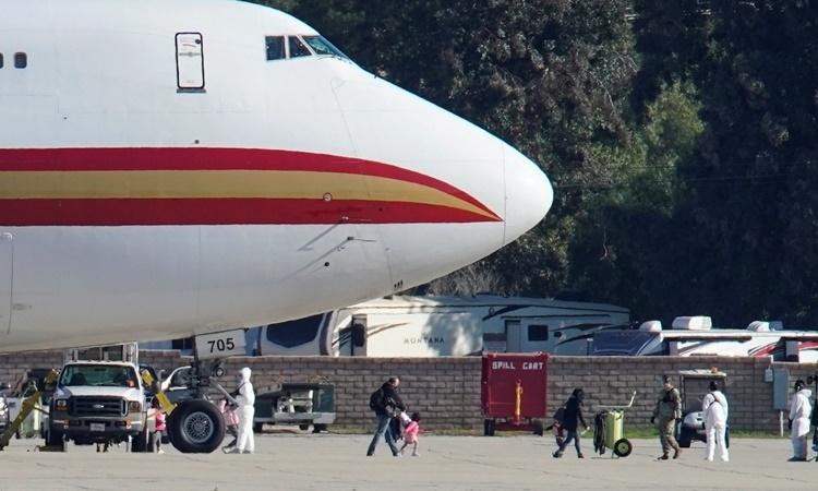 Chiếc phi cơ chở 195 người Mỹ rời Vũ Hán đỗ tại căn cứ không quân March ở California. Ảnh: Reuters.