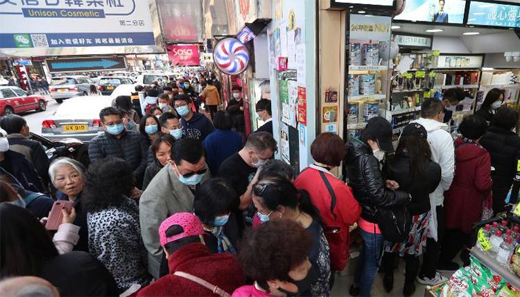 Người dân xếp hàng mua khẩu trang tại một cửa hàng ở Hong Kong hôm qua. Ảnh: AP