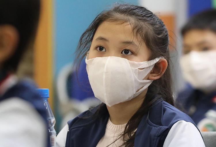 Học sinh Hà Nội đeo khẩu trang khi tới lớp. Ảnh: Ngọc Thành