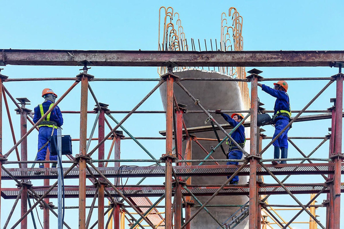 Công nhân xây dựng tuyến đường vành đai 3 trên cao đoạn Mai Dịch-Cầu Thăng Long. Ảnh. Bá Đô