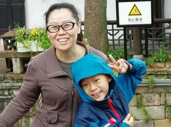 Yang Xiayu chụp ảnh cùng mẹ. Ảnh: China Daily.