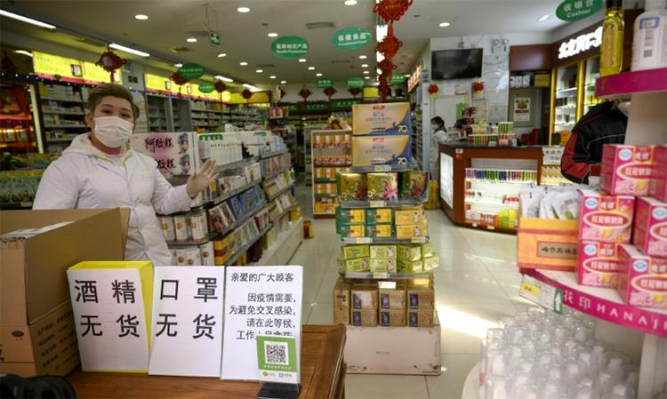 Một hiệu thuốc tại Bắc Kinh, Trung Quốc đề biển hết thảo dược Song Hoàng Liên ngày 1/2. Ảnh: AFP.