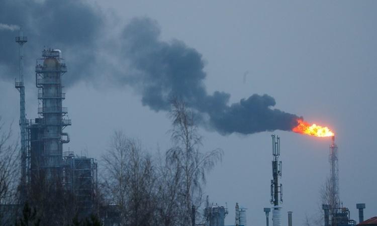 Nhà máy lọc dầu Mozyr ở Belarus, ngày 4/1. Ảnh: Reuters.
