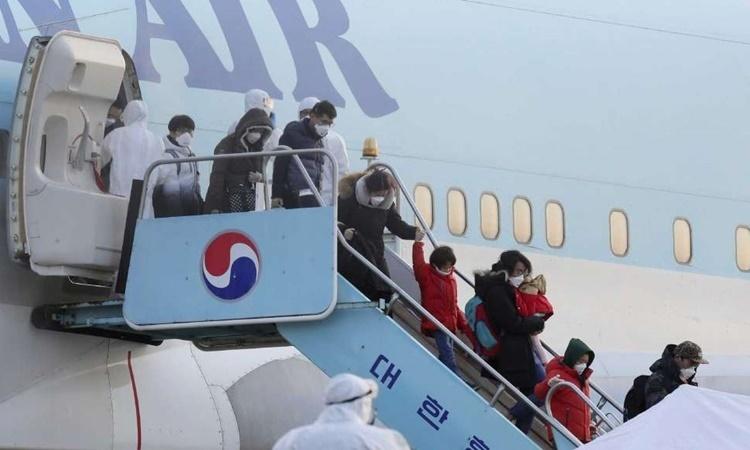 Các công dân Hàn Quốc bước xuống từ máy bay tại sân bay quốc tế Gimpo ngày 31/1 sau khi được sơ tán khỏi Hàn Quốc. Ảnh: Yonhap.
